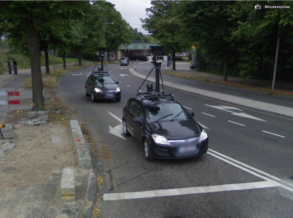 Twee Google Streetview auto' op 1 foto
