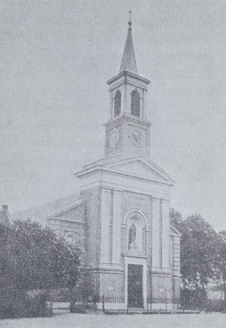 De bestaande kerk uit 1786 werd in 1853 vergroot en van een nieuwe voorgevel en een toren voorzien